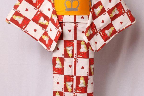 金子画伯の画業の代表作「不思議の國のアリス」で描かれた「王女に扮するアリス」とトランプをモチーフとして市松文様をベースにデザイン。