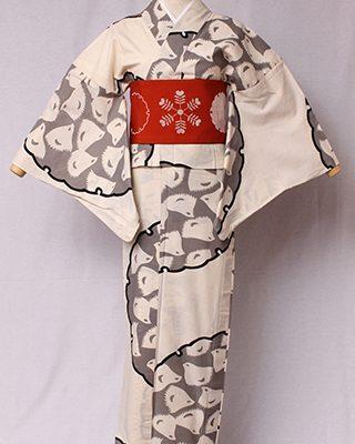 古典文様を反物巾一杯に配し、大胆でモダンにしたシリーズ。雪の古典文様「雪輪」に金子画伯お気に入りのモチーフ千鳥をデザイン。絽素材使用。