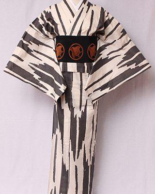 古典文様を反物巾一杯に配し、大胆でモダンにしたシリーズ。矢羽根は矢の上に羽根。弓矢は「的を射る」等の意味もある縁起物。絽素材使用。