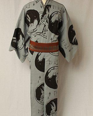 画家金子國義が描いた直筆の墨絵と墨字をデザインした江戸の粋シリーズ。大胆な丸取に、でんでん太鼓であそぶうさぎを描いています。