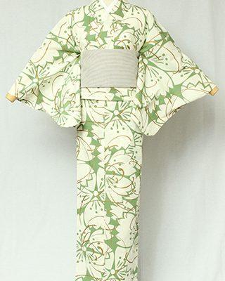 綿100%の糸に撚りをかけて自然に縮む性質を活かして織ったちりめん生地を使用し、手捺染で染めています。撫子の花にグリッターが効く古典モダン。
