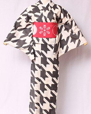 古典文様を反物巾一杯に配し、大胆でモダンにしたシリーズ。英国発祥の織物だが、利休愛用の古代裂がと同柄で格式のある柄。絽素材使用。