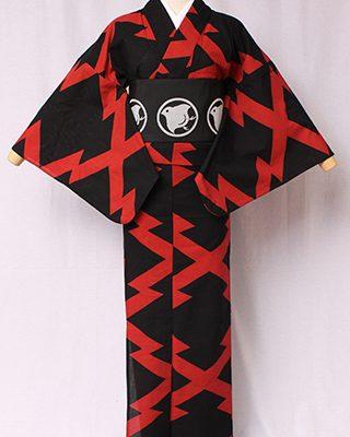 古典文様を反物巾一杯に配し、大胆でモダンにしたシリーズ。松の木の皮肌をデザイン化した古典文様。松は常緑の吉祥で縁起物。絽素材使用。