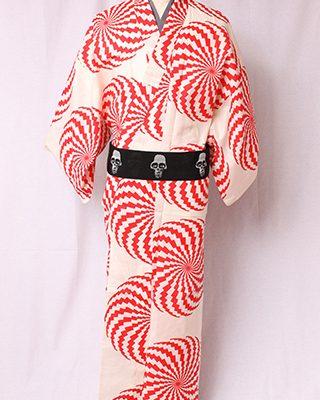 hideさんの代表的楽曲「ピンクスパイダー」にインスパイアされてできたデザイン。円を描くギザギザのサイケ模様は蜘蛛の足がモチーフです。
