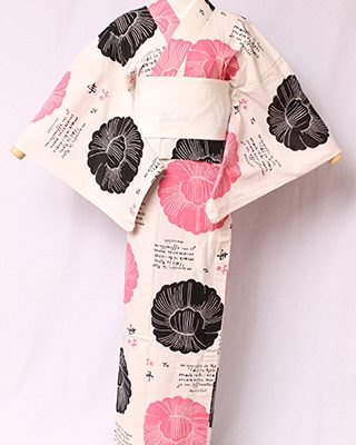 古典文様を反物巾一杯に配し、大胆でモダンにしたシリーズ。丸紋の牡丹に、フランス語の詩がコラージュされたエスプリを感じるデザイン。絽素材使用。