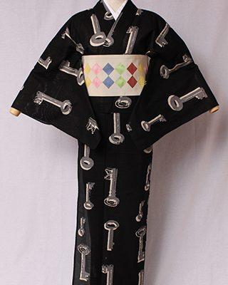 モダンなモチーフを日本の古典文様風にアレンジしたシリーズ。意味を感じる鍵を版画で用いられるズラしの効果で絵画的な表現。絽素材使用。