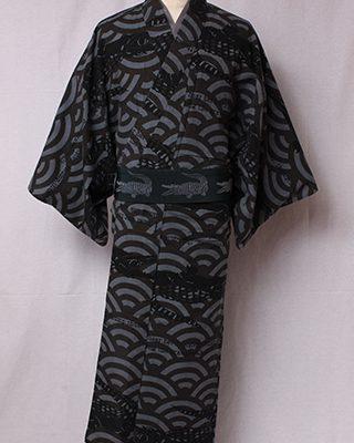 古典文様にモダンな絵をアレンジしたシリーズ。「青海波」は雅楽衣裳を起源とする格式ある文様に笑うワニを合わせたウィットに富んだデザイン。
