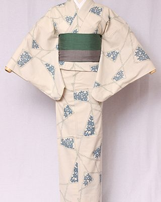 綿100%の糸に撚りをかけて自然に縮む性質を活かして織ったちりめん生地を使用し、手捺染で染めています。割り付けの中に楓が除く古典的な逸品。