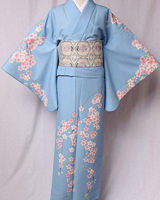 古典的な訪問着の柄付けで一見クラシックな印象ですが、ポリエステルの生地に満開の日本の花・桜がグラフィックアートで描かれる訪問着です。